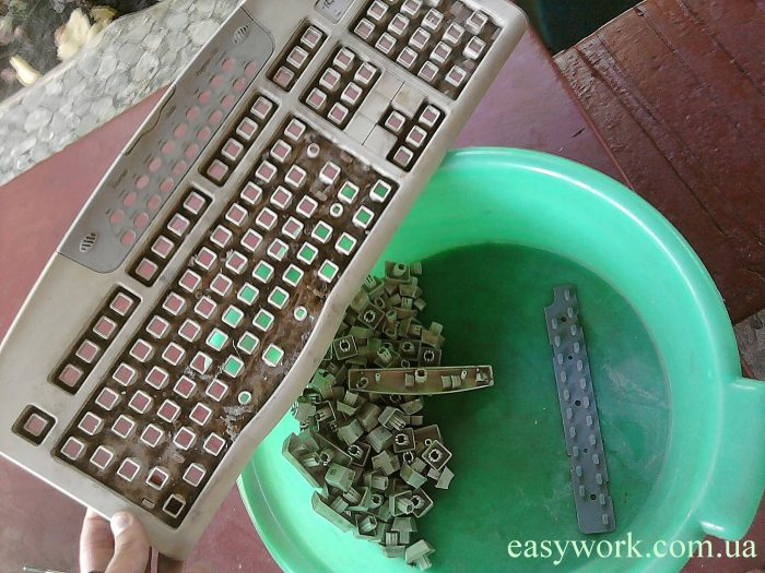 Чистка клавиатуры в миске с водой