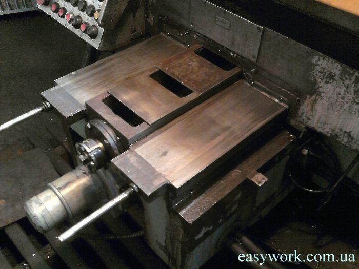 Двигатель под столом фрезерного станка ГФ2171