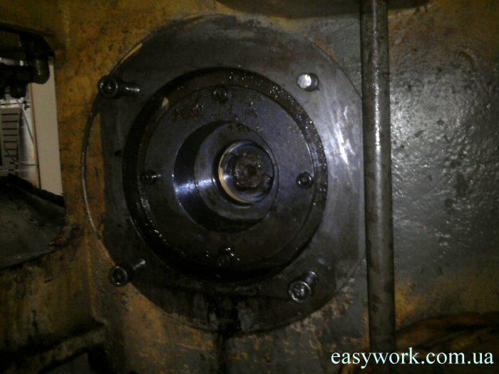 Неустранение причины неисправности привело к течи через вал двигателя в месте крепления