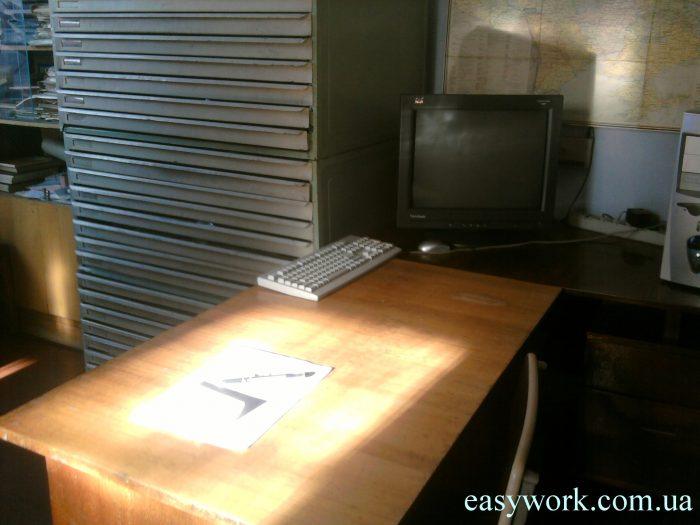 Слева - железный шкаф, в котором хранятся чертежи в бумажном виде