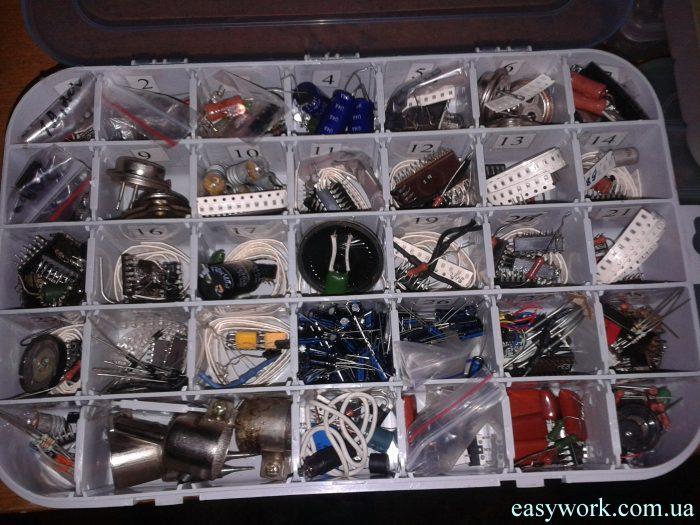 Плотно заполненные радиодеталями ячейки в коробке
