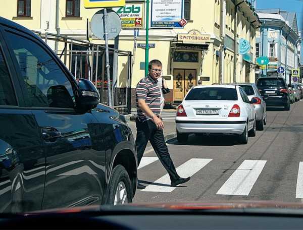 Из-за стоящего авто перед пешеходным переходом можно не заметить пешехода
