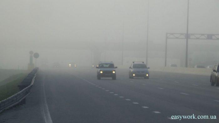 Включенные фары в условиях тумана