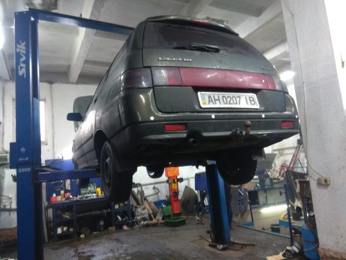 Автомобиль ВАЗ 2111 на подъемнике