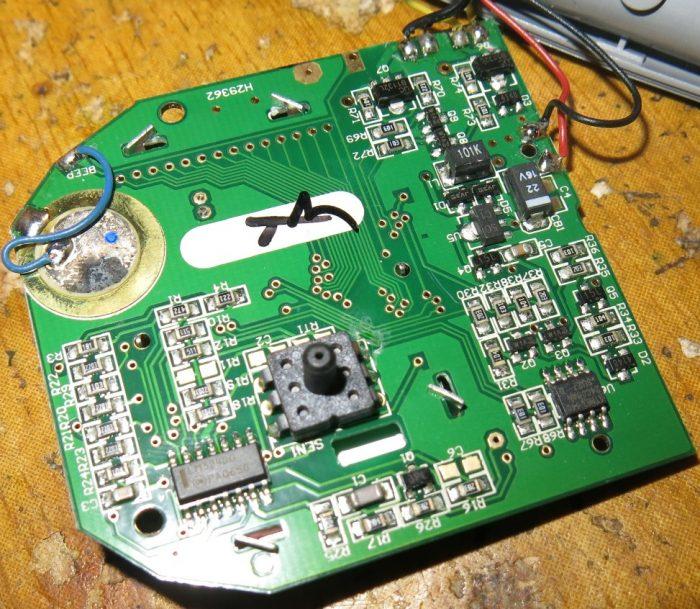 Обратная сторона тонометра AEG BMG 4906 с датчиком давления