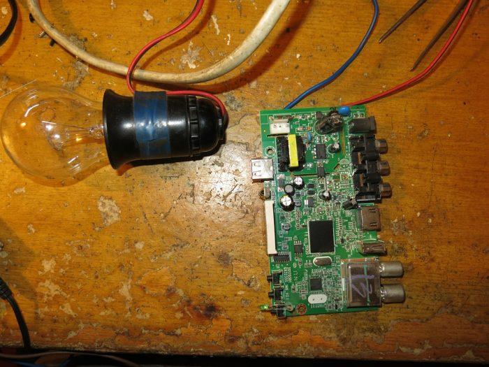 Подключаем тюнер TIGER T2 IPTV через лампочку к 220 В