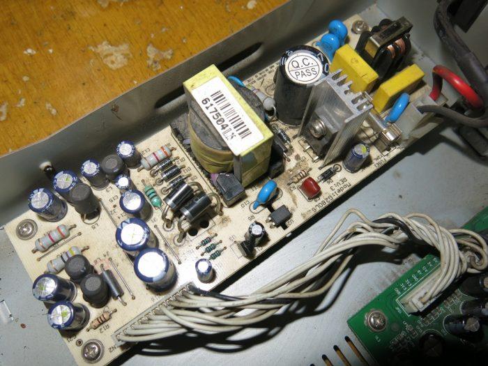 Три вздутых конденсатор в блоке питания
