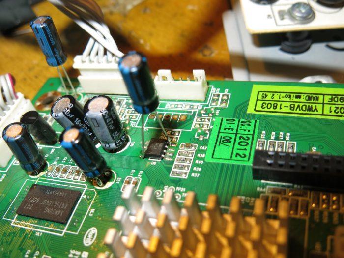 Подпаянный кондесатор 100 мкФ х 16 В на выводы питания AT88SC