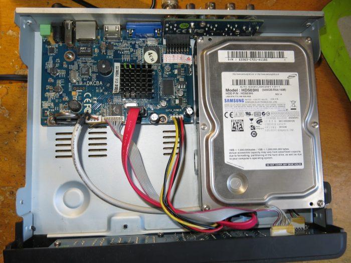 Внутреннее устройство видеорегисторатора TVT TD-2304SS-C
