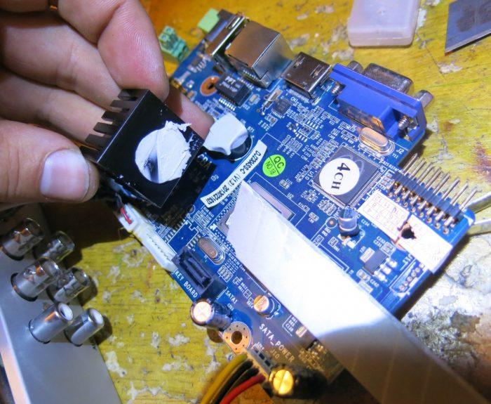 Срезание радиатора с процессора при помощи канцелярского ножа