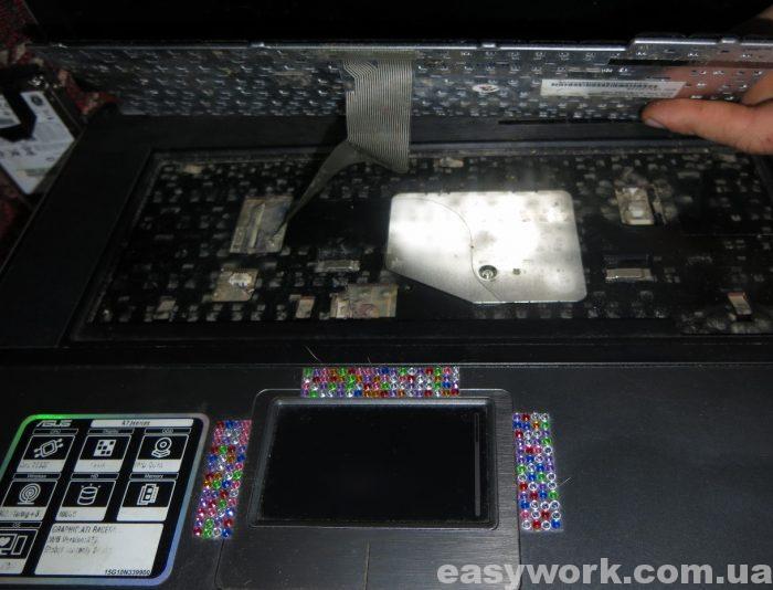 Отсоединяем клавиатуру ASUS A7J