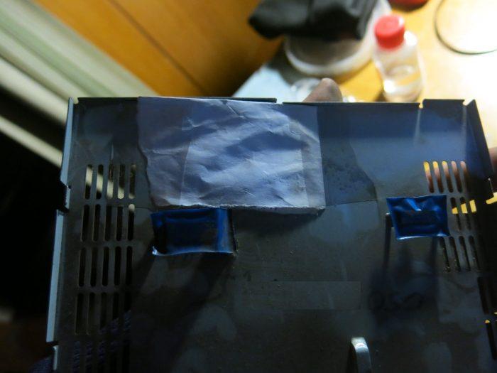Бумажный лист на металлической крышке