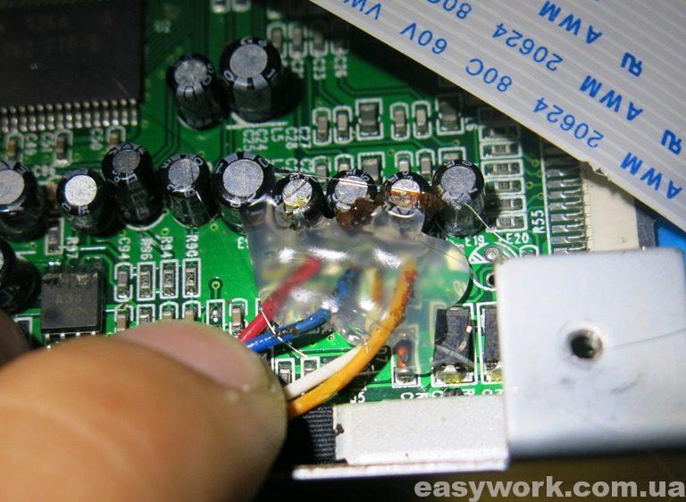 Заливка проводов видеокоммутатора клеем