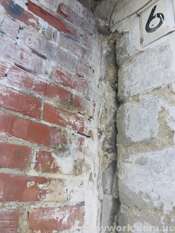 Трещина между домом и вентканалом