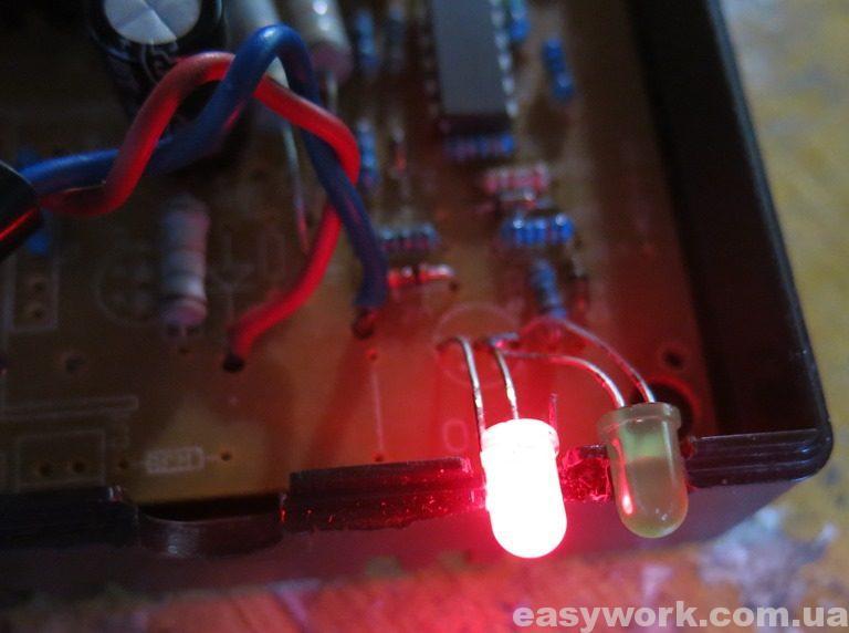 Красный светодиод - зарядное под нагрузкой