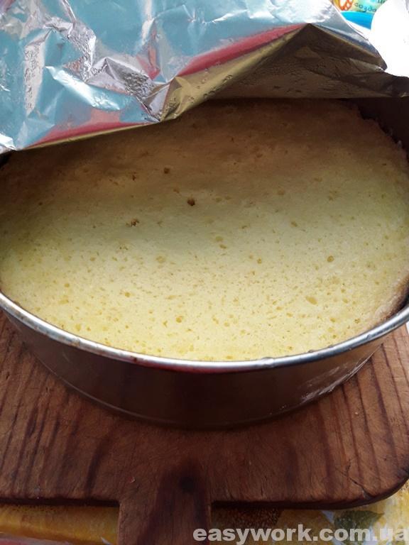 Снимаем фольгу с выпеченного бисквитного коржа