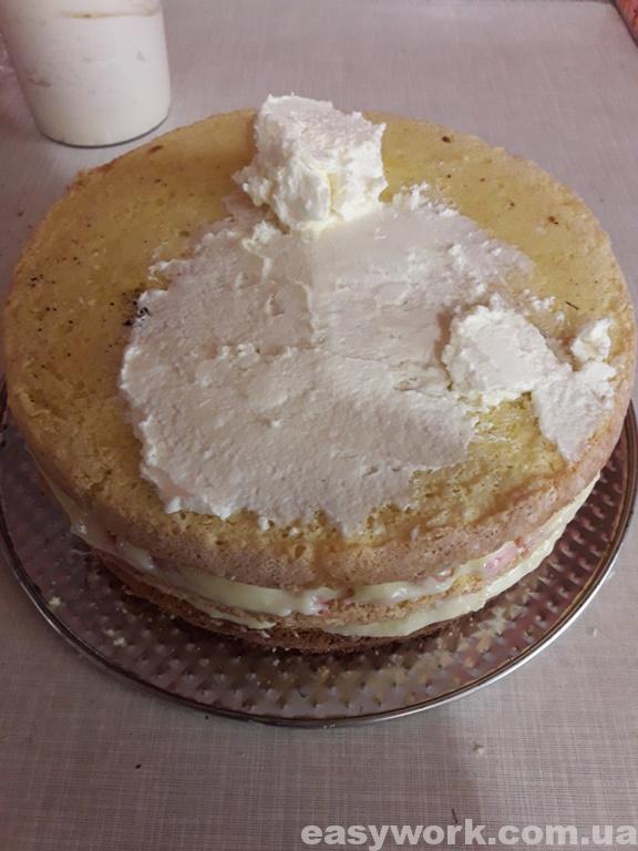 Покрываем верхний корж масляным кремом