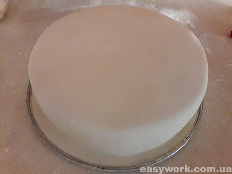 Торт обернутый медовой мастикой
