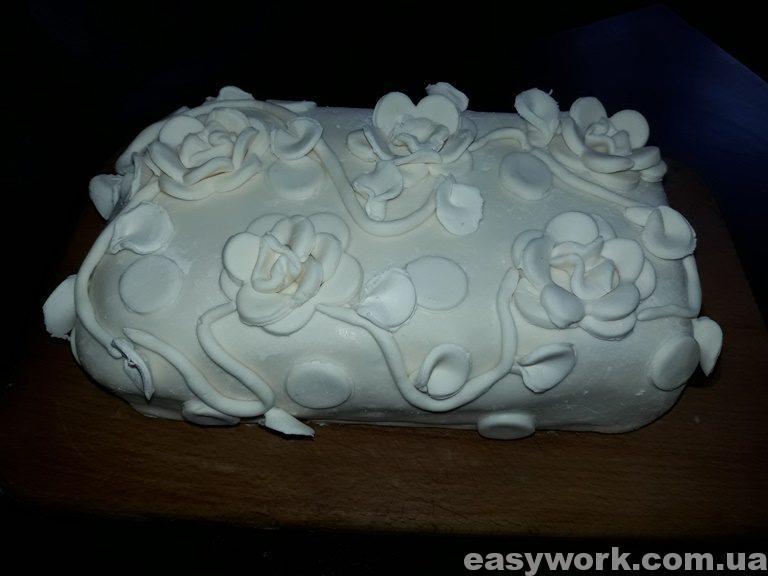 Мастичный торт с вьющимися цветами