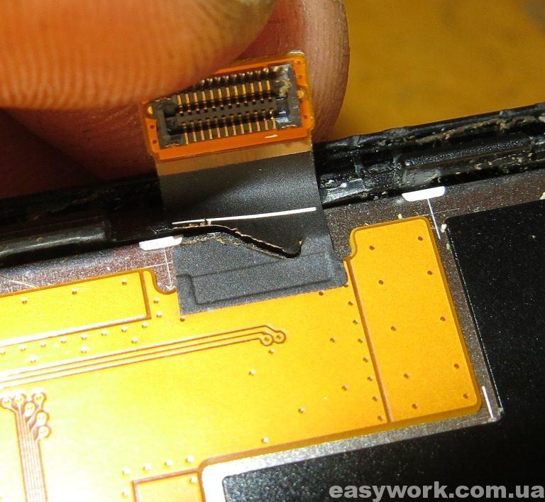 Надорванный шлейф дисплея телефона Samsung GT-S5222