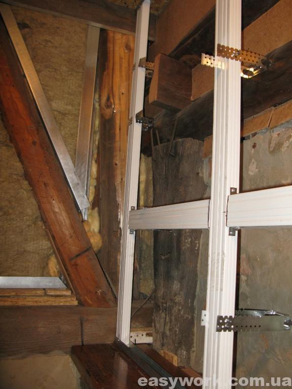 Монтаж металлокаркаса под гипсокартон на лестничной площадке (фото 1)