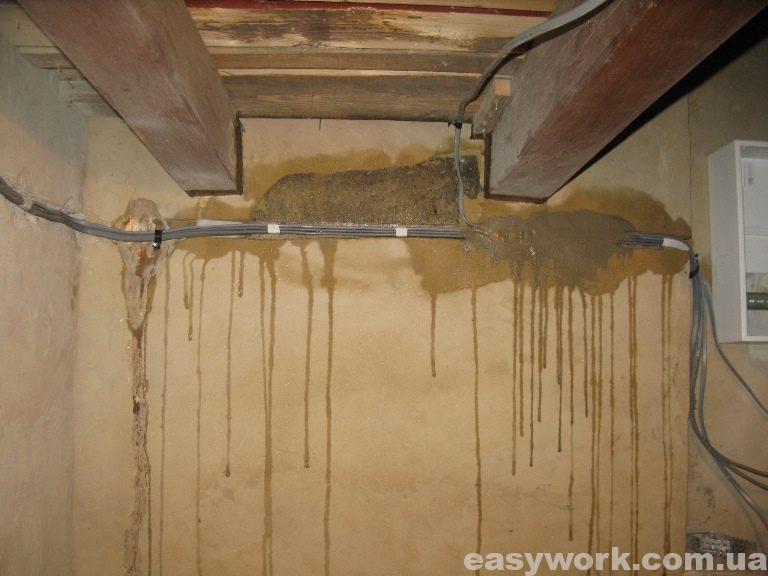 Провода проложенные под лестницей