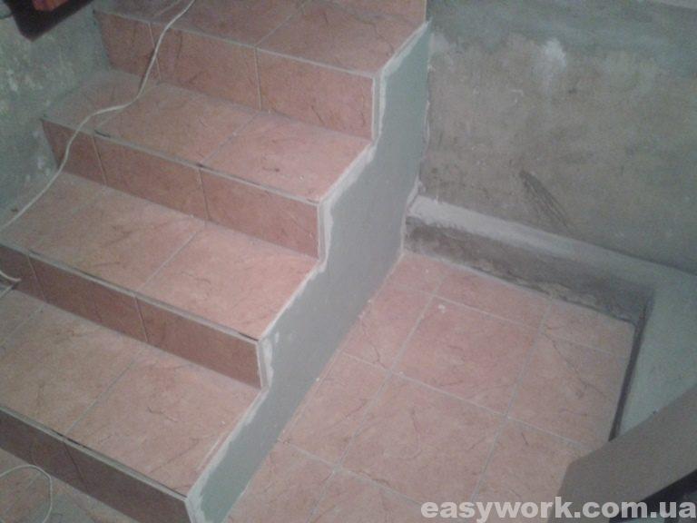 Плитка под лестничной площадкой