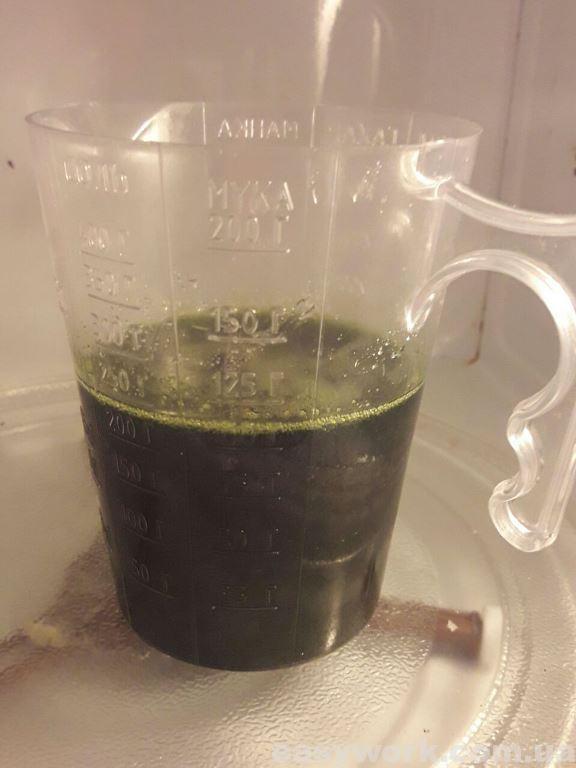 Растапливаем желатин с медом на водяной бане или в микроволновке