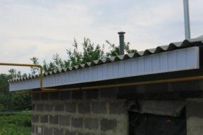 Обшивка пластиком лобовой доски крыши