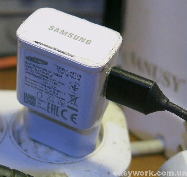 Зарядное устройство SAMSUNG EP-TA20EWE вставленное в розетку