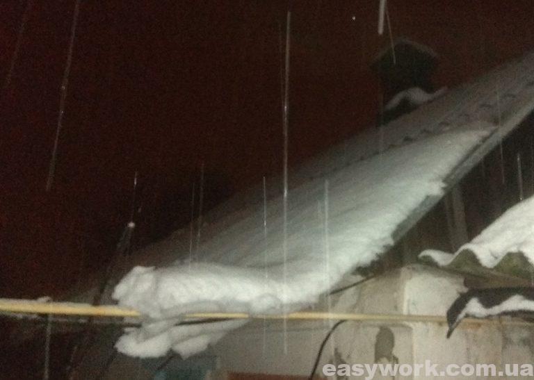 Сползание снега на крыше с большим углом наклона