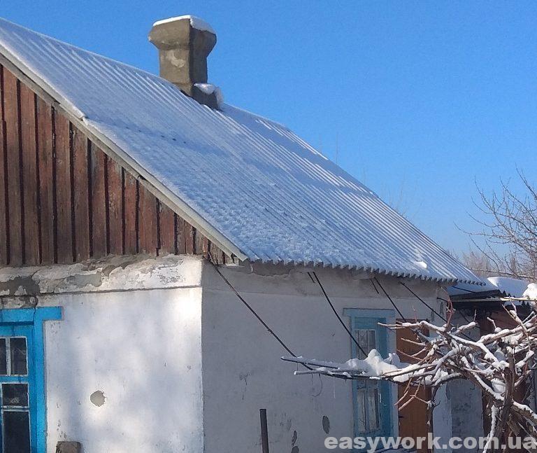 Крыша после съехавшего с нее снега