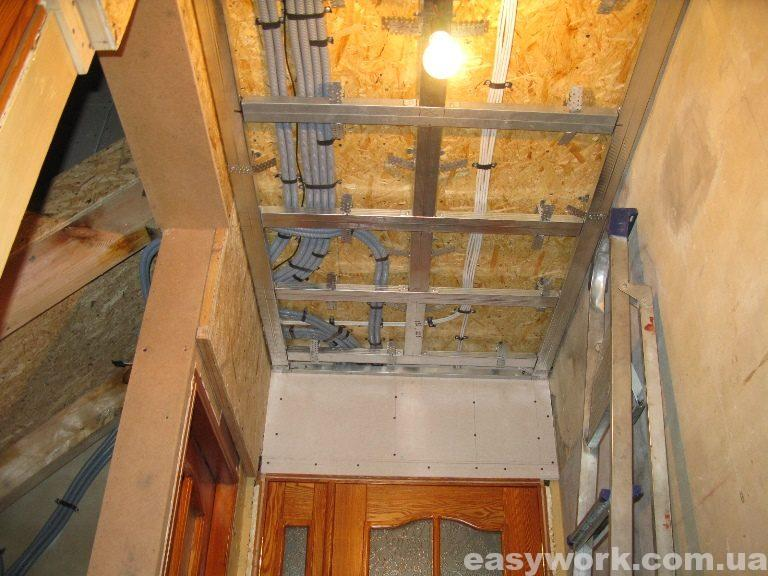 Монтаж металлокаркаса под гипсокартон на потолке в прихожей (фото 1)