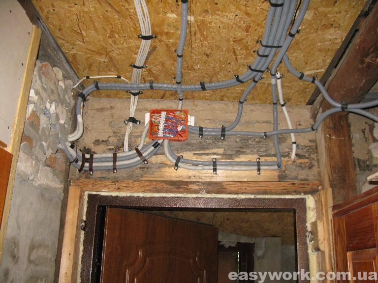 Монтаж электропроводки над входной дверью (как стало)