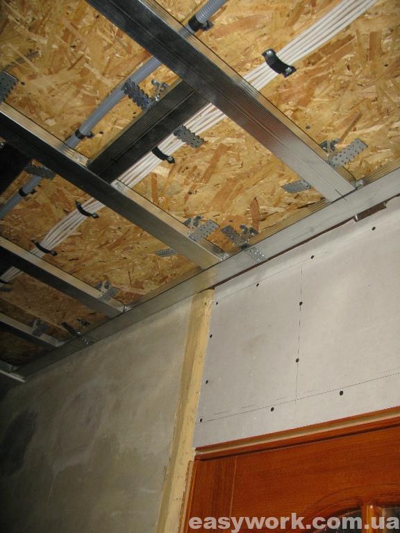 Монтаж металлокаркаса под гипсокартон на потолке в прихожей (фото 2)