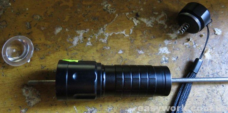 Снятие линзы с фонаря WD190A - 50000W при помощи длинного стержня