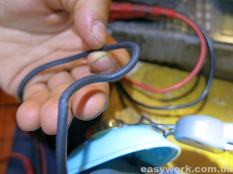 Перегибы родного кабеля наушников
