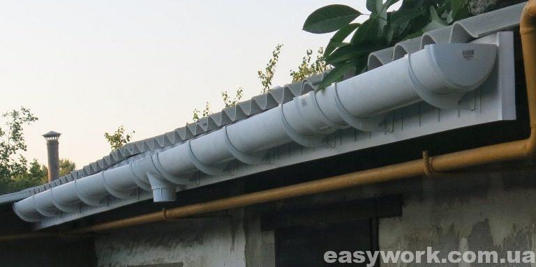 Установленный водосток на крышу