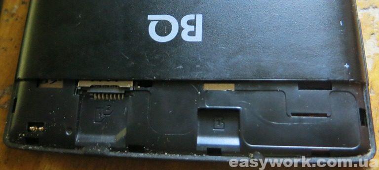 Слоты под карту памяти и SIM-карту (в планшете)