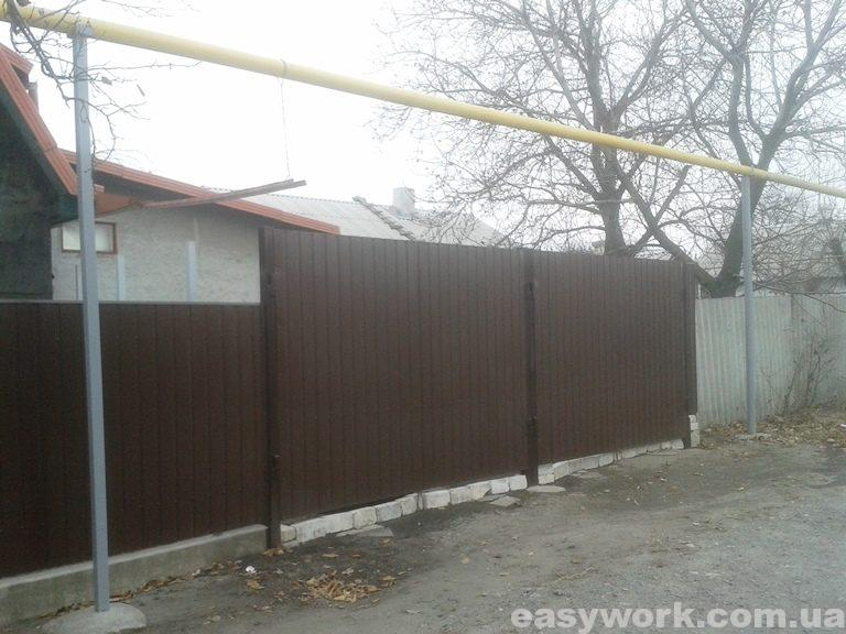 Ворота из профнастила (снаружи)