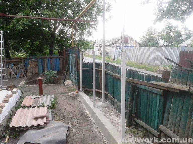 Установка (бетонирование) стоек забора (фото 1)