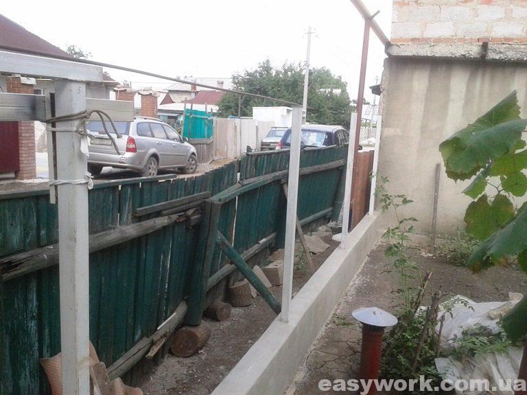 Установка (бетонирование) стоек забора (фото 2)