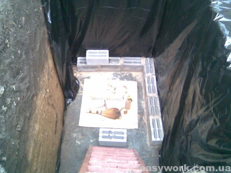 Выкладывание стен внутри ямы (фото 1)