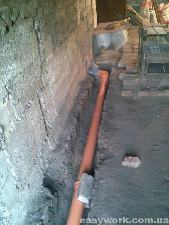Прокладка труб вдоль стены гаража