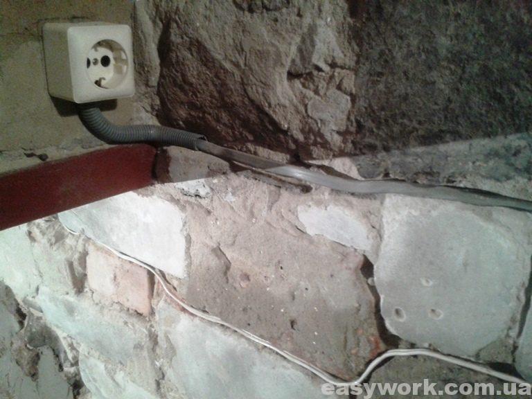 Установленная розетка в подвале