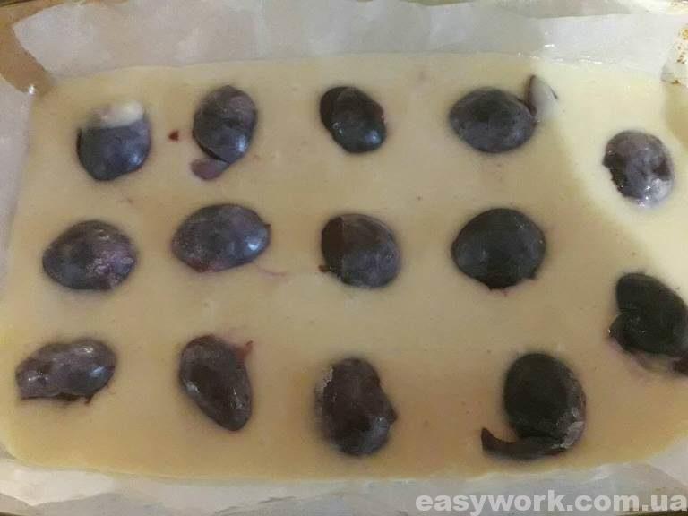 Укладывание слив в тесто