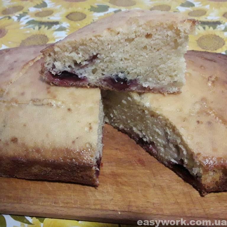 Готовый пирог со сливами