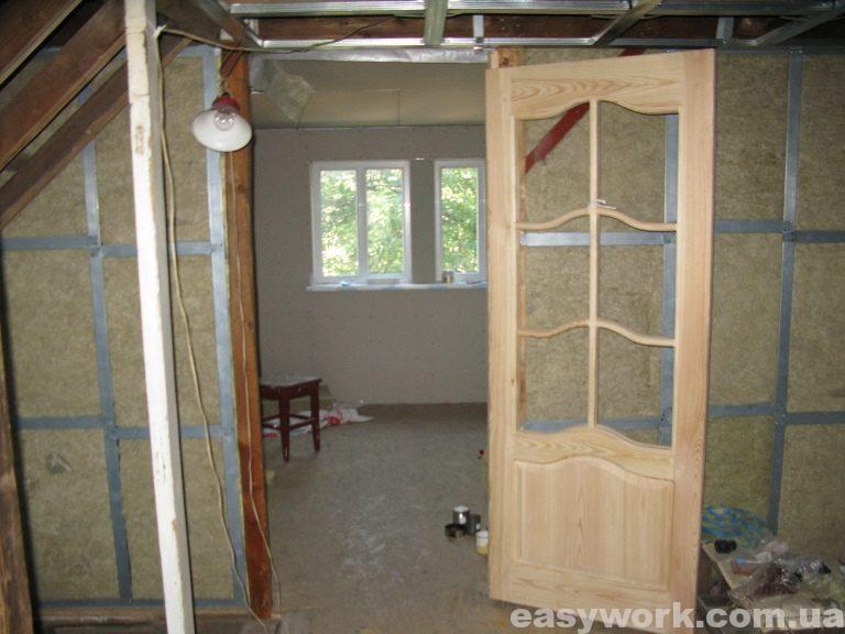 Первоначально установленная деревянная дверь между спальней и детской