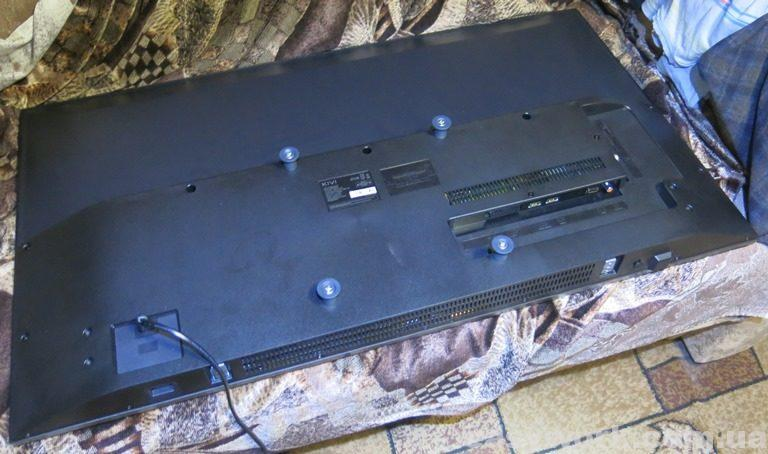 Телевизор KIVI 40FB50BU со стороны задней крышки