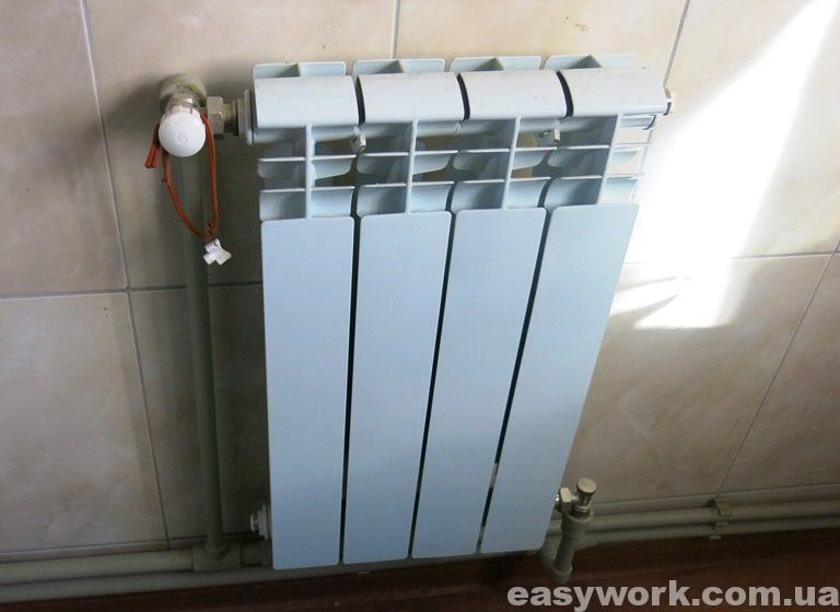 Радиатор установленный в кухне